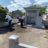 お墓の清掃の様子